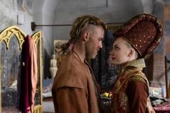 Goldmund (JANNIS NIEWOHNER, l.) und Julia (ELISA SCHLOTT, r.) in Sony Pictures' NARZISS UND GOLDMUND  (Goldmund (JANNIS NIEWOHNER, l.) und Julia