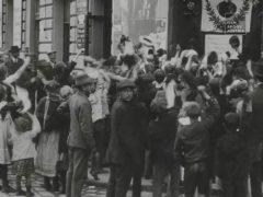kundgebung-fur-kaiser-franz-joseph-vor-dem-brigittenauer-kino-anlasslich-seines-geburtstages-1910-aavv-recensione