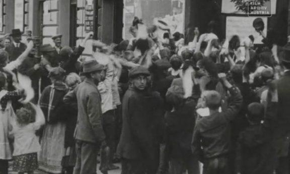 kundgebung-fur-kaiser-franz-joseph-vor-dem-brigittenauer-kino-anlasslich-seines-geburtstages-1910-verschiedene-autoren-kritik